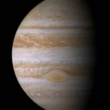 Júpíter e sua característica Grande Mancha Vermelha vistos pela sonda Cassini, também da Nasa, quando ela passou pelo planeta em 2000 para usar sua gravidade como impulso no caminho de Saturno, onde chegou em 2004 Foto: NASA/JPL/Space Science Institute