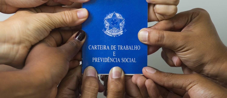 Carteira de trabalho: reforma altera pontos da CLT Foto: Leo Martins / Agência O Globo