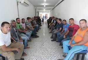 Ex-funcionários fazem fila em sindicato, em busca de informações sobre vagas na retomada de obras do Comperj Foto: Roberto Moreyra