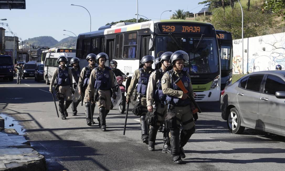 Guardas municipais na Mangueira Foto: Fábio Guimaraes / Agência O Globo