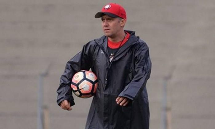 Atlético-PR demite o técnico Eduardo Baptista