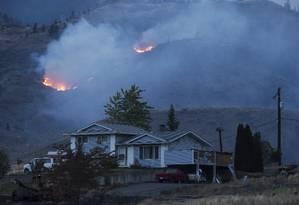 Fogo é visto em uma montanha na Colúmbia Britânica, no Canadá Foto: Darryl Dyck / AP