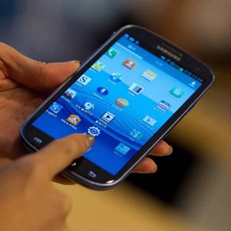 Bloqueio de celular pode atingir consumidor que comprou aparelho no mercado oficial Foto: Agência O Globo