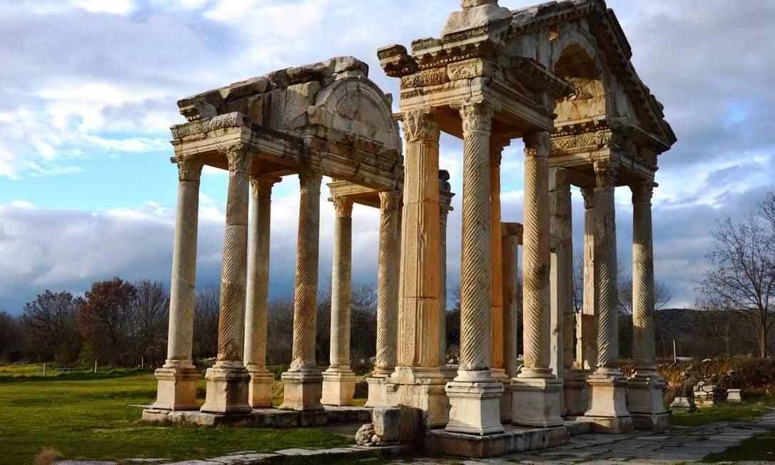 A Unesco acaba de nomear 22 novos locais como Patrimônio Mundial da Humanidade, nas categorias cultural e paisagem natural. Os lugares vão de cidades a sítios arqueológicos como o Cais do Valongo, no Rio, e Aphrodisias, localizado na parte superior do Rio Morsynus, na Turquia. No sítio arqueológico fica o Templo de Afrodite, que data do século III, e a cidade, que foi construída um século depois. As ruas são organizadas em torno de várias e grandes estruturas cívicas, que incluem templos, um teatro, uma ágora e dois complexos de banho Foto: Aphrodisias Museum/Divulgação