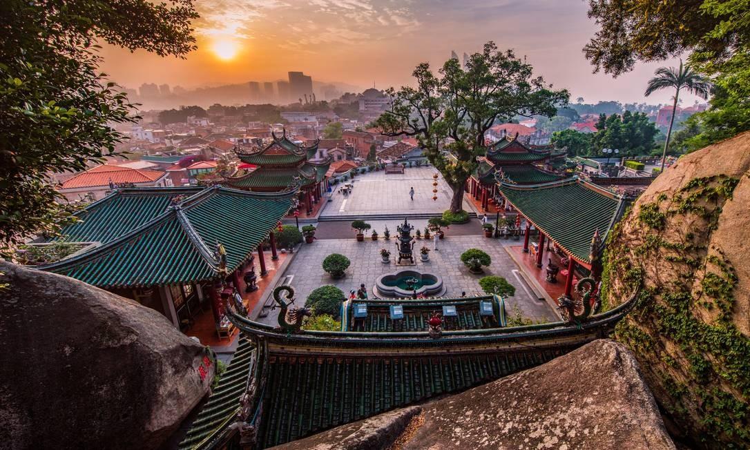 Kulangsu, na China, está localizada no estuário do rio Chiu-lung, a pequena ilha fica de frente para Xiamen, cidade que abriu um porto comercial em 1843. Em 1903, a ilha foi considerada assentamento internacional tornando-se uma importante janela para as trocas chinesas com outros locais. Kulangsu se tornou um exemplo dessa fusão cultural, visível em sua arquitetura, que apresenta uma mistura de diferentes estilos, incluindo tradicional do sul de Fujian, o Clássico Ocidental e o Veranda Colonial Foto: Qian Yi