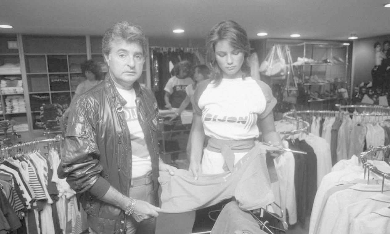 Humberto Saad com Luiza Brunet nos bastidores da marca Foto: Aníbal Philot / Agência O Globo