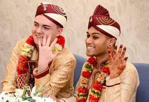 Sean Rogan, de 19 anos, à esquerda, e Jahed Choudhury, de 24, se casaram com trajes tradicionais muçulmanos em um cartório da Inglaterra Foto: Caters News Agency