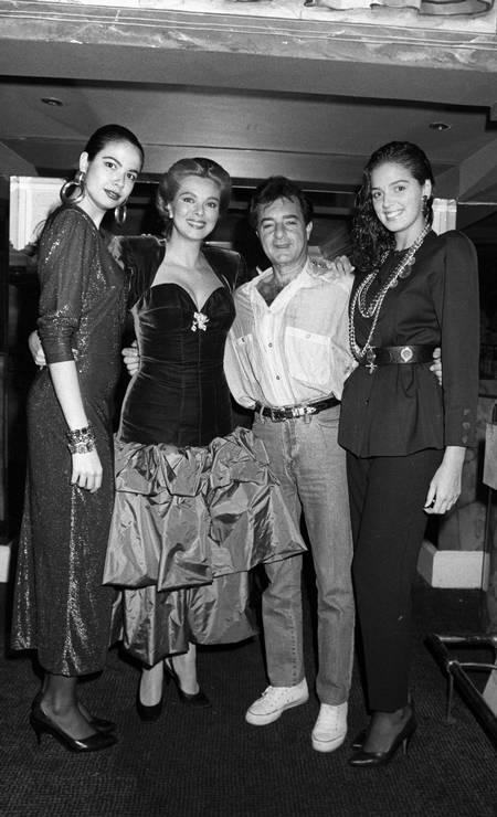 Na festa de aniversário de Vera Gimenez, na Boate Calígola, em 1986, o empresário posa cercado por Luciana Gimenez, Vera e a modelo Vanessa de Oliveira (no sentido horário) Foto: Antonio Nery / Agência O Globo