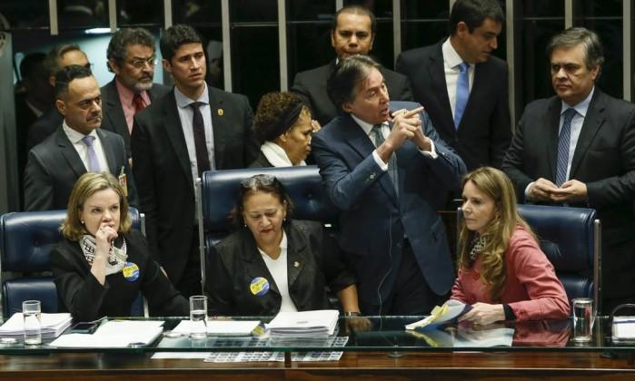 Resultado de imagem para foto das senadoras ontem no senado escuro com eunicio oliveira