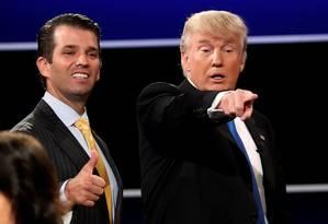 Donald Trump Jr. e seu pai, então candidato republicano, ficam lado a lado após debate na corrida à Casa Branca em 2016 Foto: MIKE SEGAR / REUTERS
