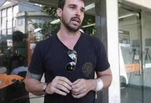 Eduardo Baptista teve o braço ferido por uma faca Foto: Márcio Alves / Agência O Globo