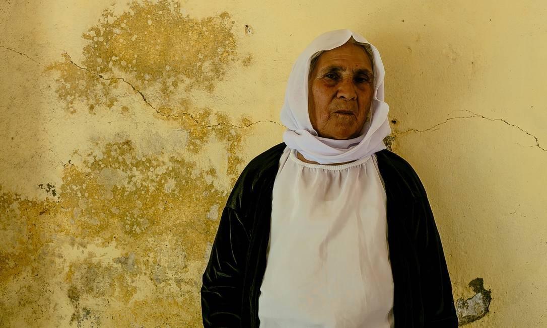 """Hure Kaso Murad, de 66 anos. """"Quando os homens do Estado Islâmico me perguntavam, eu fingia que havia me tornado muçulmana, mas por dentro, eu estava rezando para Tawûsê Melek, para Deus. Eu era yazidi por dentro"""" Marcio Pimenta / Agência O Globo"""