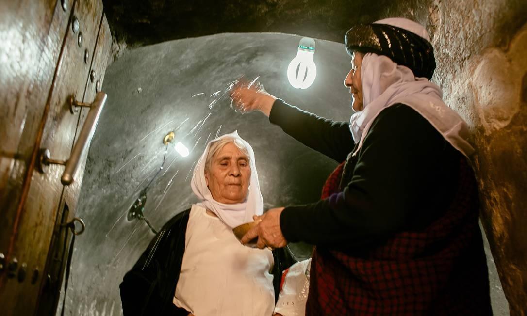 Hure Kaso Murad é rebatizada pela líder religiosa Asmar Asmail. Após ter sido forçada a se tornar muçulmana, ela torna-se yazidi novamente. No satuário fica o túmulo de xeque Adî ibn Musafir Marcio Pimenta / Agência O Globo