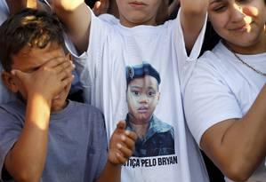 Enterro do menino Bryan foi marcado pela consternação de parentes e amigos Foto: Domingos Peixoto / Agência O Globo