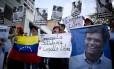 Manifestantes entoam palavras de apoio a Leopoldo López, ná época preso, em 2015