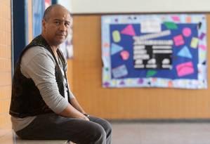 """Longe da violência. O professor Marco Aurélio, que hoje leciona no Leblon: """"Em Santa Cruz, vi dois cadáveres dentro da escola e fui ameaçado de morte por um aluno"""" Foto: Guilherme Pinto / Agência O Globo"""