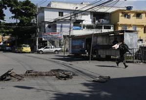 Policiais Militares, do Bope, chegam de Caveirão na Fazendinha, no Complexo do Alemão Foto: Antonio Scorza / Agência O Globo