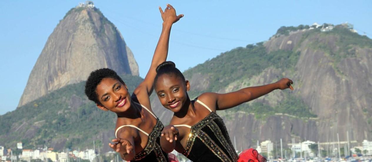 Sonho distante. Tuany e Anny são apaixonadas pela dança, mas não puderam se tornar bailarinas profissionais Foto: Paulo Nicolella / Agência O Globo