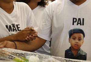 Despedida. Bryan queria ser militar: família usou camisa com foto do menino Foto: Domingos Peixoto / Agência O Globo