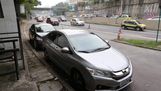 O carro do médico baleado dentro do Rebouças Foto: Guilherme Pinto / Agência O Globo