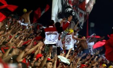 Torcida do Flamengo canta na Ilha do Urubu no jogo contra o Santos Foto: Marcelo Theobald / Agência O Globo