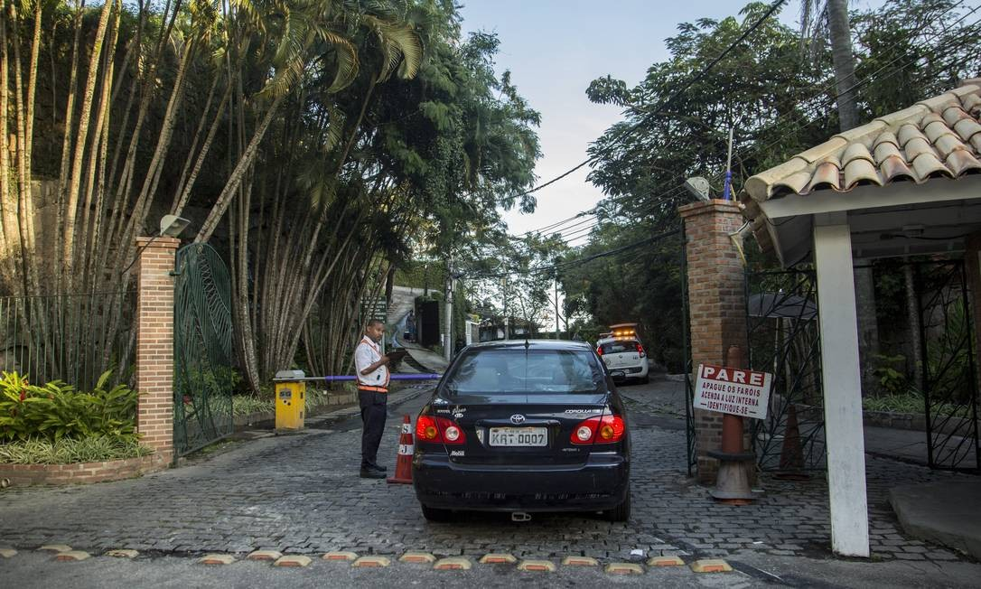 Associação criada na Estrada Capitão Afonso, em Vargem Grande, divide moradores: apenas 37 das cerca de cem unidades residenciais pagam mensalidade Foto: Analice Paron / Agência O Globo