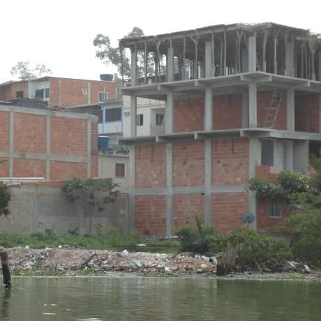 Prédio irregular em construção à beira da Lagoa da Tijuca Foto: Foto de leitor / Foto de leitor