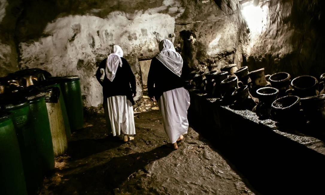 No corredor das velas, chamas são acesas para a paz, segundo a fé dos yazidis Marcio Pimenta