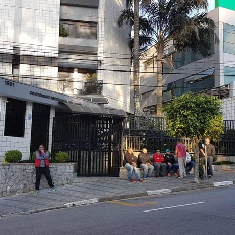 Militantes fazem vigília em frente ao prédio onde mora Lula Foto: Juliana Arreguy / O GLOBO
