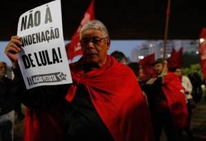 Protesto reúne apoiadores do PT e representantes de movimentos sindicais Foto: Edilson Dantas / Agência O Globo