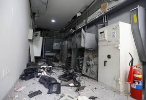 Caixas eletrônicos são destruídos em assalto a agência no Riachuelo Foto: Pablo Jacob / Agência O Globo