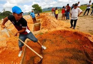 Alexis Junior, filho de uma das vítimas da chacina em Pau D'Arco, no Pará, enterra o seu pai. Dez trabalhadores rurais foram mortos em maio deste ano numa ação policial Foto: LUNAE PARRACHO / Reuters
