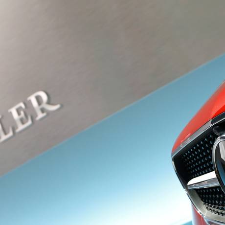 O logotipo da Mercedes-Benz em um Série E, com o logotipo da Daimler, controladora da marca, ao fundo Foto: Michaela Rehle / REUTERS/2-2-2017