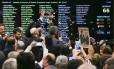 Deputados governistas comemoram após derrota do relatório que pedia prosseguimento da denúncia contra o presidente Michel Temer Foto: André Coelho / Agência O Globo
