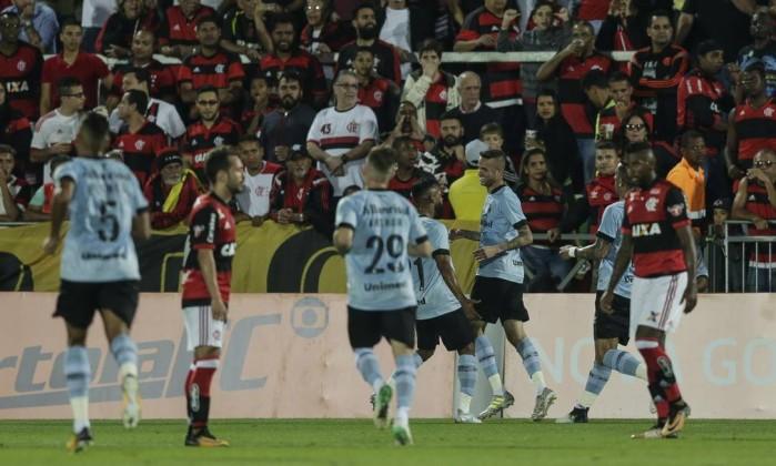 Luan, ao centro, comemora com Fernandinho o gol da vitória do Grêmio sobre o Flamengo Foto: Alexandre Cassiano