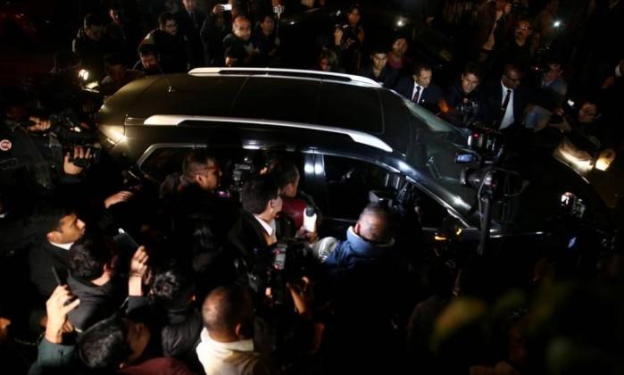 Ollanta Humala e Nadine Heredia passam de carro entre repórteres em Lima- GUADALUPE PARDO  REUTERS