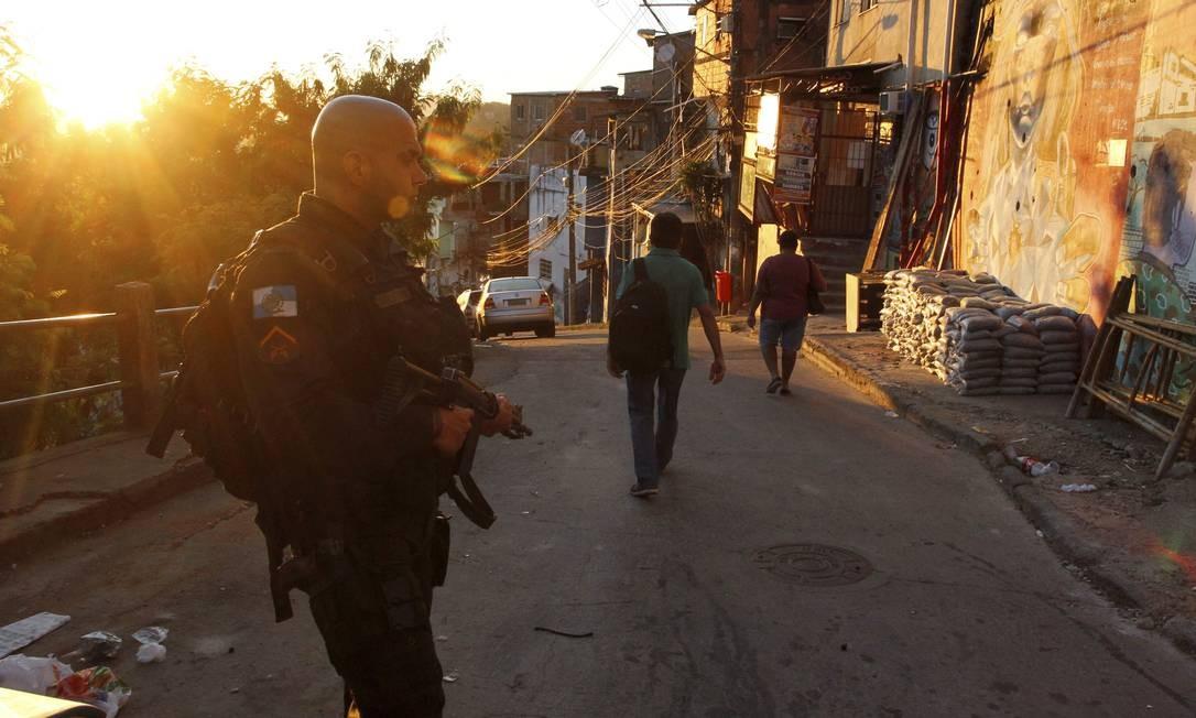 Policial militar durante operação no Cerro-Corá para prender suspeitos de assaltos em pontos turisticos Foto: Pedro Teixeira / Agência O Globo