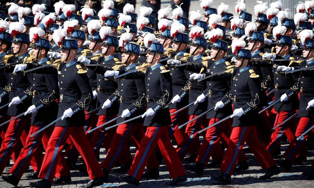 Cadetes da Escola Militar Especial de Saint-Cyr marcham sobre a Praça da Concórdia em Paris. CHARLES PLATIAU / REUTERS