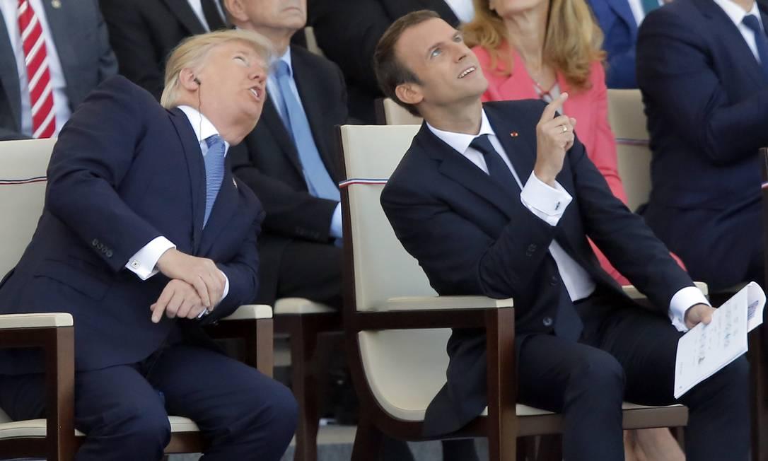 Convidado especial, o presidente dos Estados Unidos, Donald Trump, assiste ao lado do presidente francês Emmanuel Macron à celebração do Dia da Bastilha. Michel Euler / AP