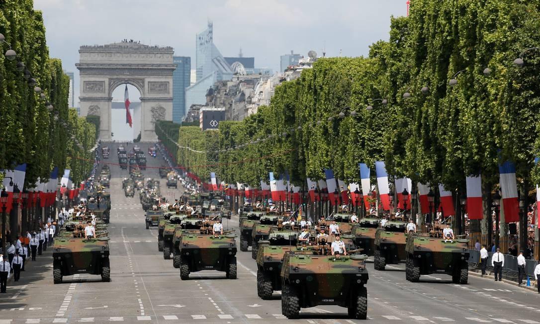 Tanques desfilam pela Champs-Elysée durante a tradicional parada militar em comemoração à Revolução Francesa de 1789. GONZALO FUENTES / REUTERS
