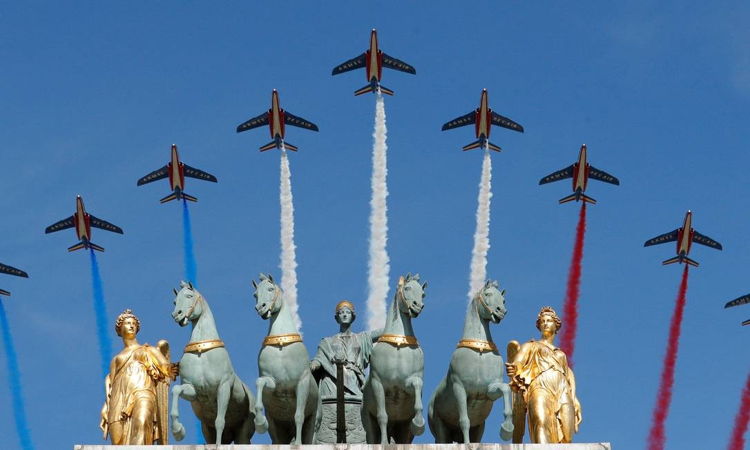 """Os jatos da """"Patrouille de France"""" sobrevoam o monumento do Arco do Triunfo do Carrossel na capital francesa. PHILIPPE WOJAZER / REUTERS"""