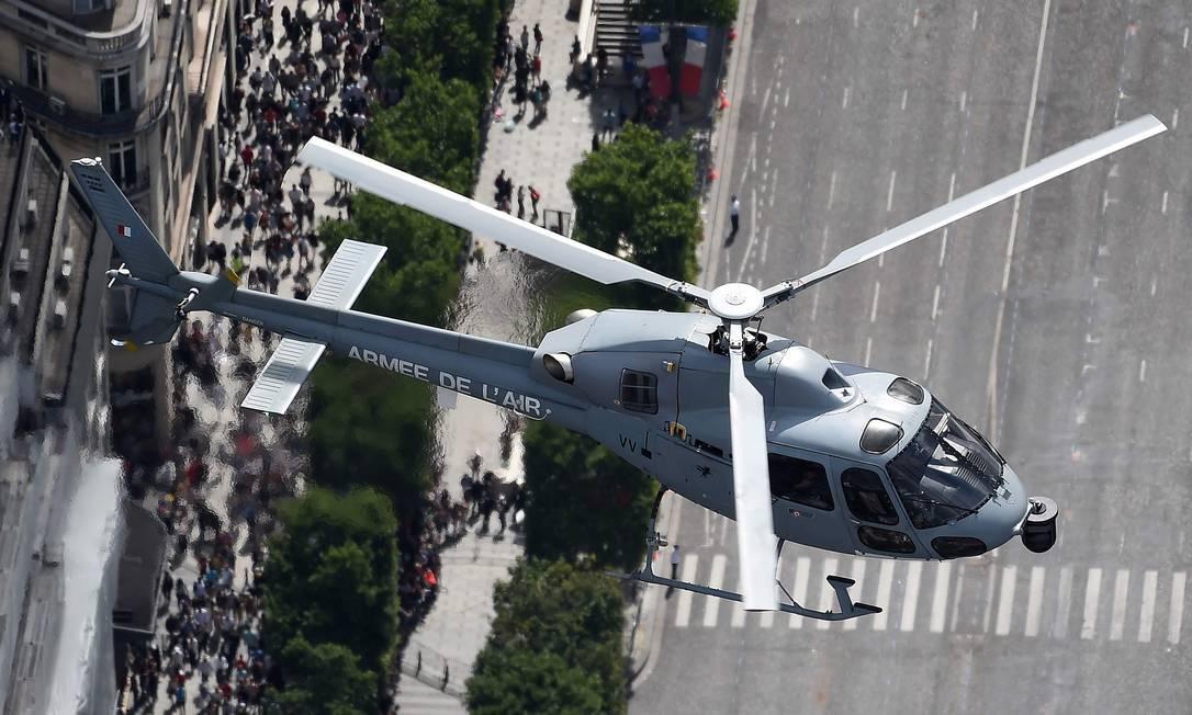 """Vista aérea mostra helicóptero """"Eurocopter Fennec"""", da Força Aérea francesa sobrevoando a Champs-Elysée durante a celebração do Dia da Bastilha. JEAN-SEBASTIEN EVRARD / AFP"""