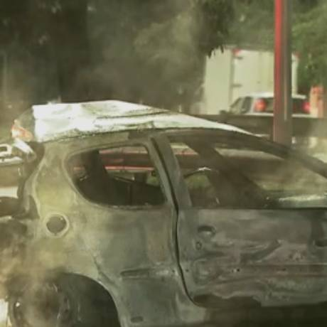 Veículo teria pegado fogo após colisão Foto: Reprodução/TV Globo