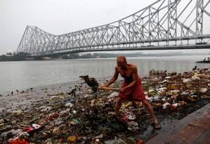 Lixo se acumula nas margens do Rio Ganges em Kolkata Foto: DANISH SIDDIQUI / REUTERS