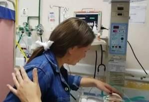 Claudineia se emociona ao visitar Arthur no hospital Foto: Reprodução / TV Globo