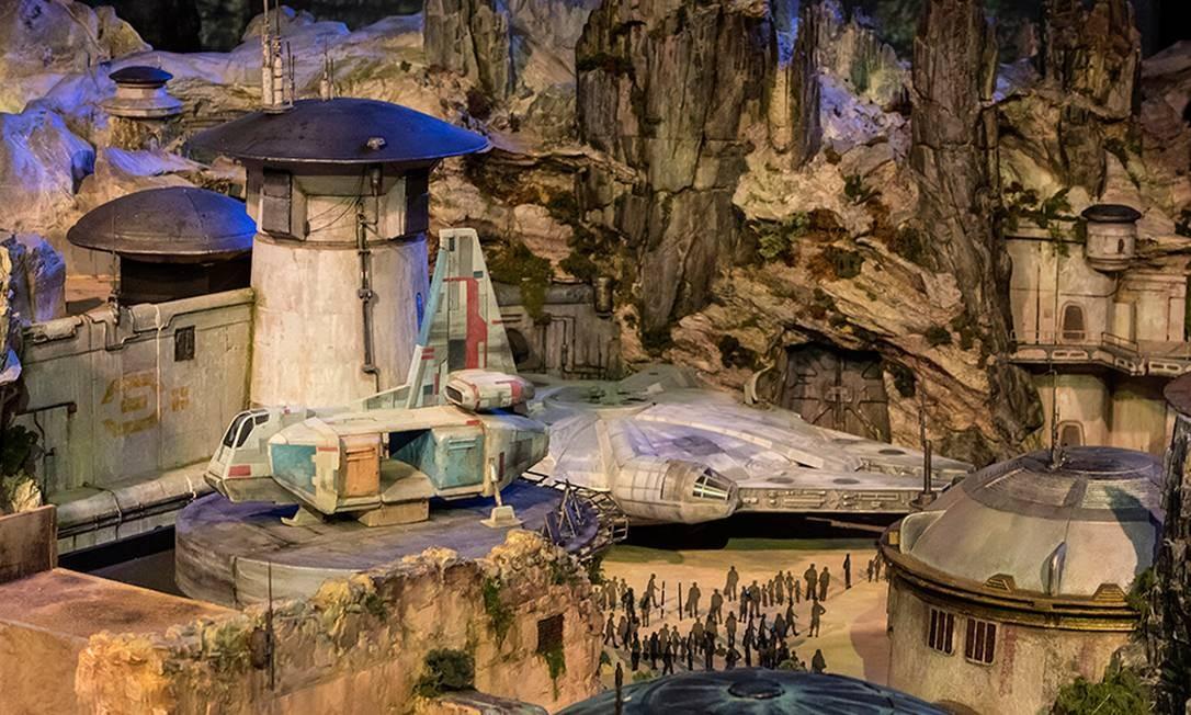 Um dos pontos altos da Star Wars Land deve ser a atração da Millennium Falcon, onde os visitantes poderão pilotar a lendária nave de Han Solo Disney Parks Blog / Reprodução