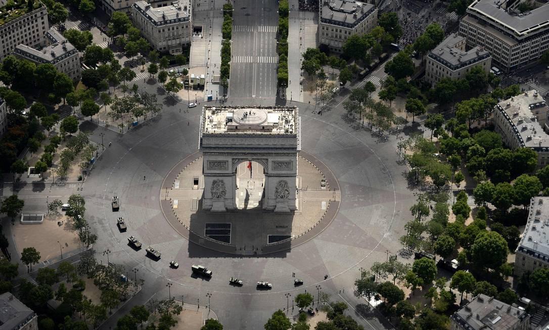 Foto aérea mostra o Arco do Triunfo antes do desfile militar anual que acontece na Avenida Champs-Elysees para comemorar a Tomada da Bastilha que, no dia 14 de julho de 2017, completa 228 anos JEAN-SEBASTIEN EVRARD / AFP