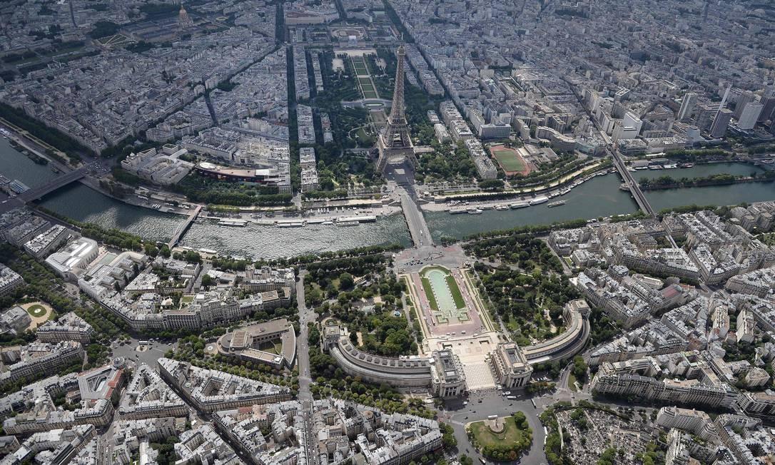 Torre Eiffel e o Rio Sena: de um lado, o Champ de Mars e a Ecole Militaire e, do outro lado, os Jardins do Trocadéro Foto: JEAN-SEBASTIEN EVRARD / AFP