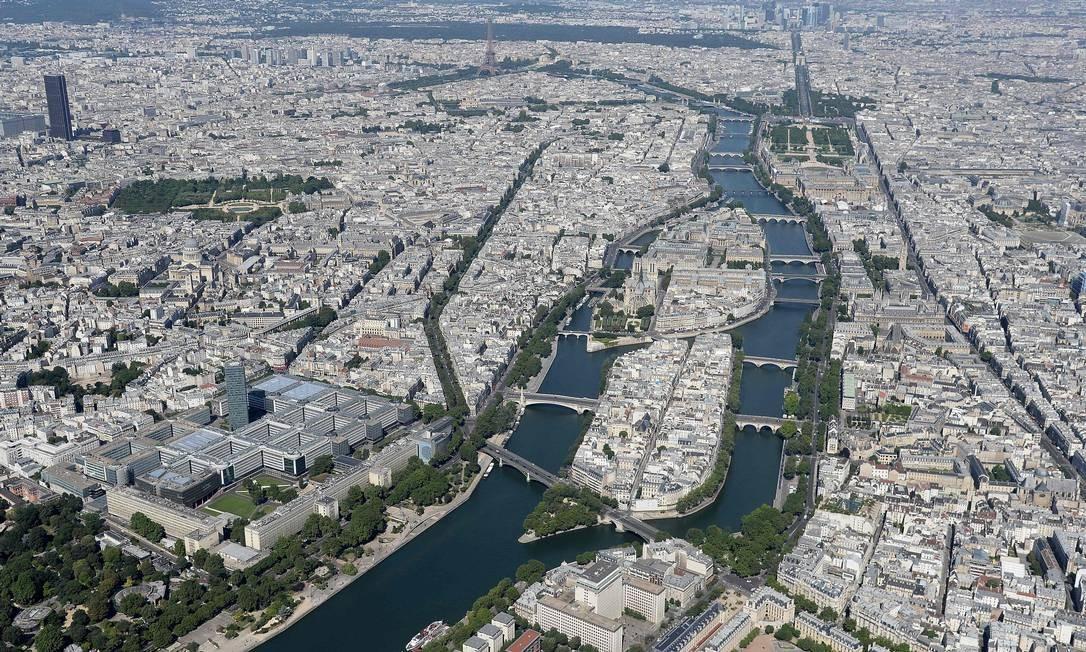 Vista aérea de Paris mostra o Rio Sena, e as ilhas Saint Louis e de la Cité JEAN-SEBASTIEN EVRARD / AFP