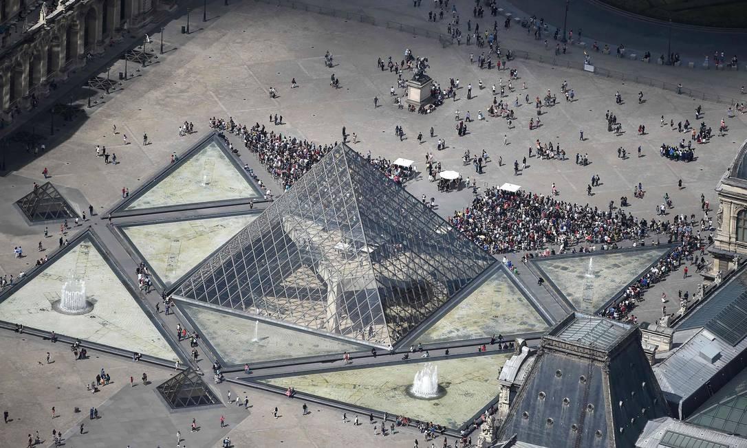 A pirâmide do Louvre fica localizada no pátio Napoleão e serve como entrada para o museu Foto: JEAN-SEBASTIEN EVRARD / AFP